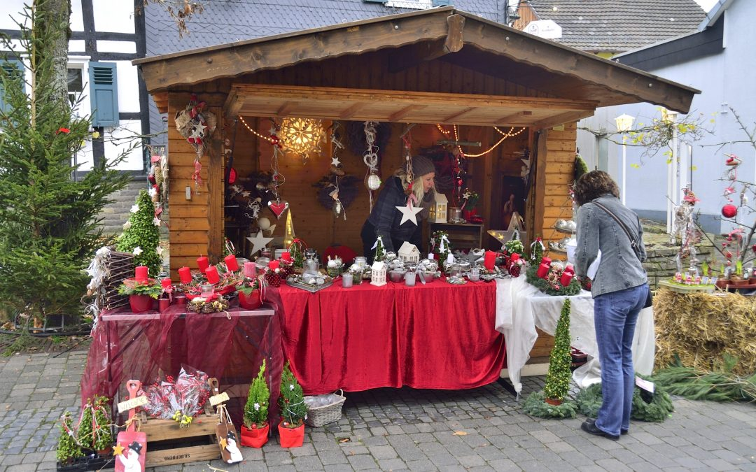 """Waldbröler Weihnachtsmarkt im weißen """"Hüttenrund"""" und in renovierter Markthalle"""